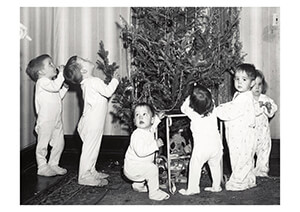 Spaarnestad Fotoarchief, -Kinderen in nachtkleding bij kerstboom- Postcard