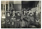 Lewis Hine(1874-1940)  -  Ellis Island (Large Northern European Family) - Postcard -  A16777-1