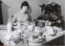 W.P.van de Hoeff  -  Bevrijdingskind Karin Bergman aan het ontbijt, 5 m - Postcard -  B2802-1