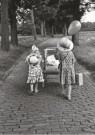 Oda Akkermans  -  Zusjes met baby (1) - Postcard -  B3361-1