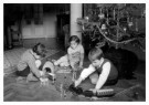 Spaarnestad Fotoarchief,  -  Kerstmis, kinderen spelen onder de kerstbook - Postcard -  D1169-1