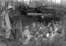 Spaarnestad Fotoarchief,  -  Soldaten vieren kerstmis met een kerstboom - Postcard -  D1173-1