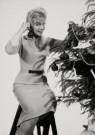 Spaarnestad Fotoarchief,  -  Kerstmis, vrouw versiert kerstboom - Postcard -  D1187-1