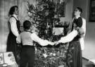 Spaarnestad Fotoarchief,  -  Noors gezin rond de kerstboom, 1952 - Postcard -  D1189-1