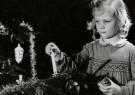Spaarnestad Fotoarchief,  -  Meisje steekt een kaars aan van de kerstboom - Postcard -  D1191-1