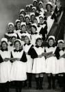 Spaarnestad Fotoarchief,  -  Weesmeisjes staan kerstliederen te zingen - Postcard -  D1194-1