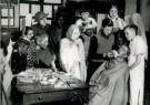 Spaarnestad Fotoarchief,  -  jongeren zijn bezig met voorbereidingen kerstspel - Postcard -  D1195-1