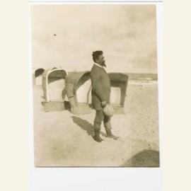 Jan Toorop (1858-1928) op het strand, Katwijk, ca.